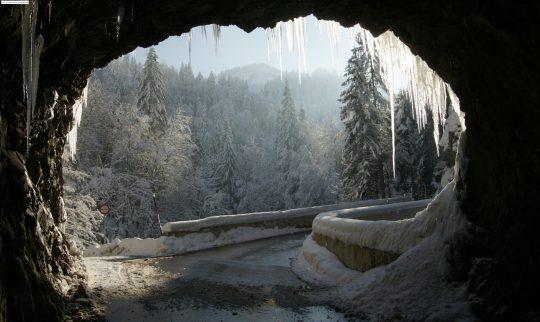 Tunnelmunning i snølandskap